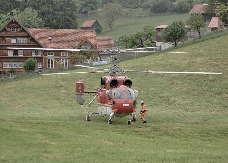 Montage Stahlbrücke mit Helikopter