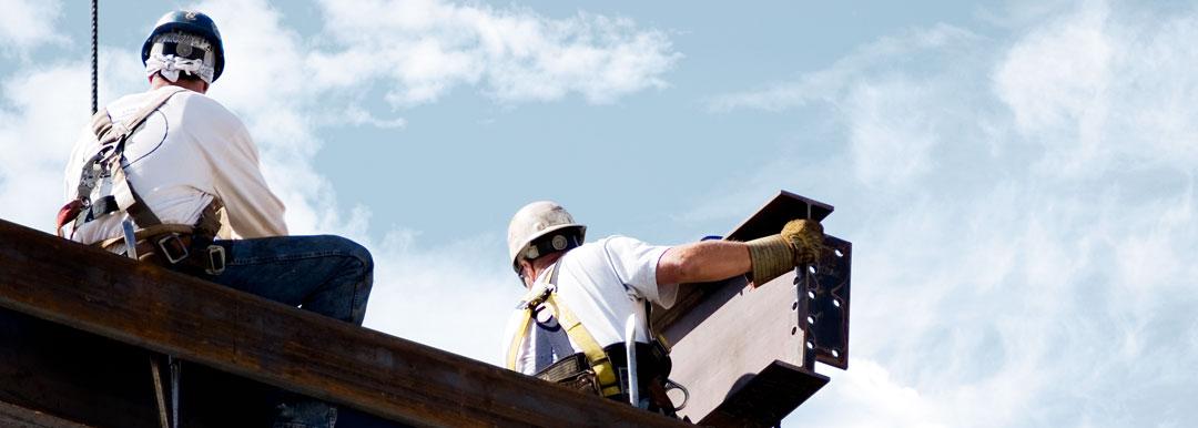 Anspruchsvolle Montagearbeiten in luftiger Höhe, Monteure bei der Arbeit